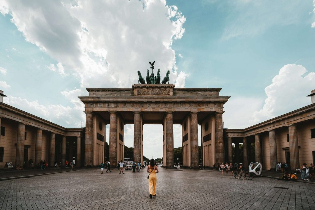 Digital nomad in Berlin in front of the Brandenburg Gate